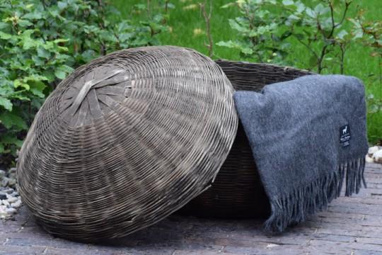 Oude rieten mand met deksel