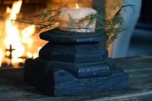 Oude houten zwarte poer kandelaar