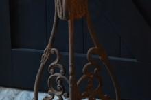 Roestige metalen vloerkandelaar