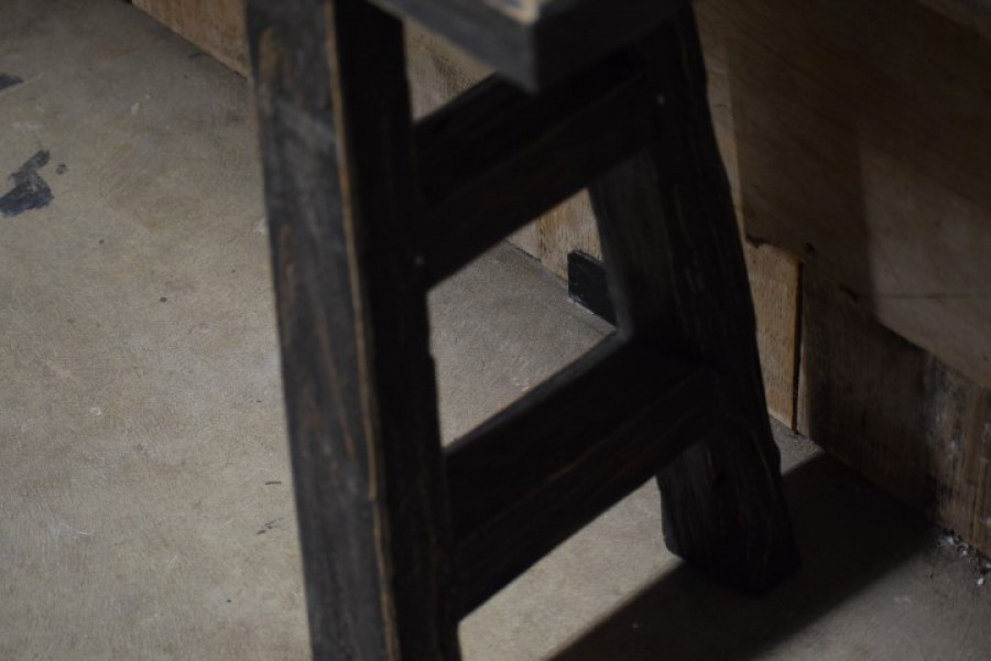 Zwart houten bankje