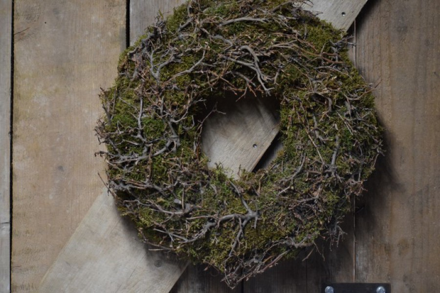 Mos krans met bonsai takken