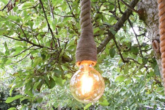 Lamp aan dik touw